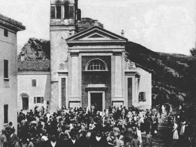 La chiesa di Badolo dopo la Santa Messa domenicale nel 1905