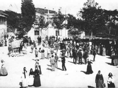 Il mercato a Sasso Marconi quando si svolgeva nella piazza principale.