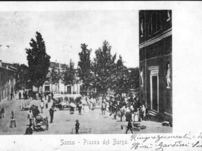 Altra immagine della piazza con il mercato.