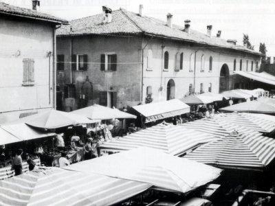 Fiera nella corte di Palazzo Rossi nel 1982