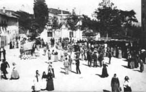 11mercatoIl mercato a Sasso Marconi quando si svolgeva nella piazza principale.