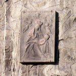 Immagine della Madonna del Sasso posta sulla terza colonna delle quattro grandi arcate.
