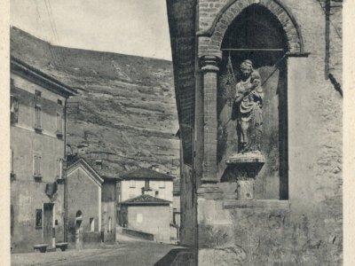 Angolo di palazzo Sanuti con statua della Madonna con bambino.