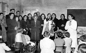 Badolo 1952 - Don Tonino inauguara la scuola materna.
